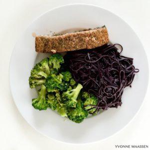 Stremel Lachs mit Brokkoli und schwarzen Reisnudeln