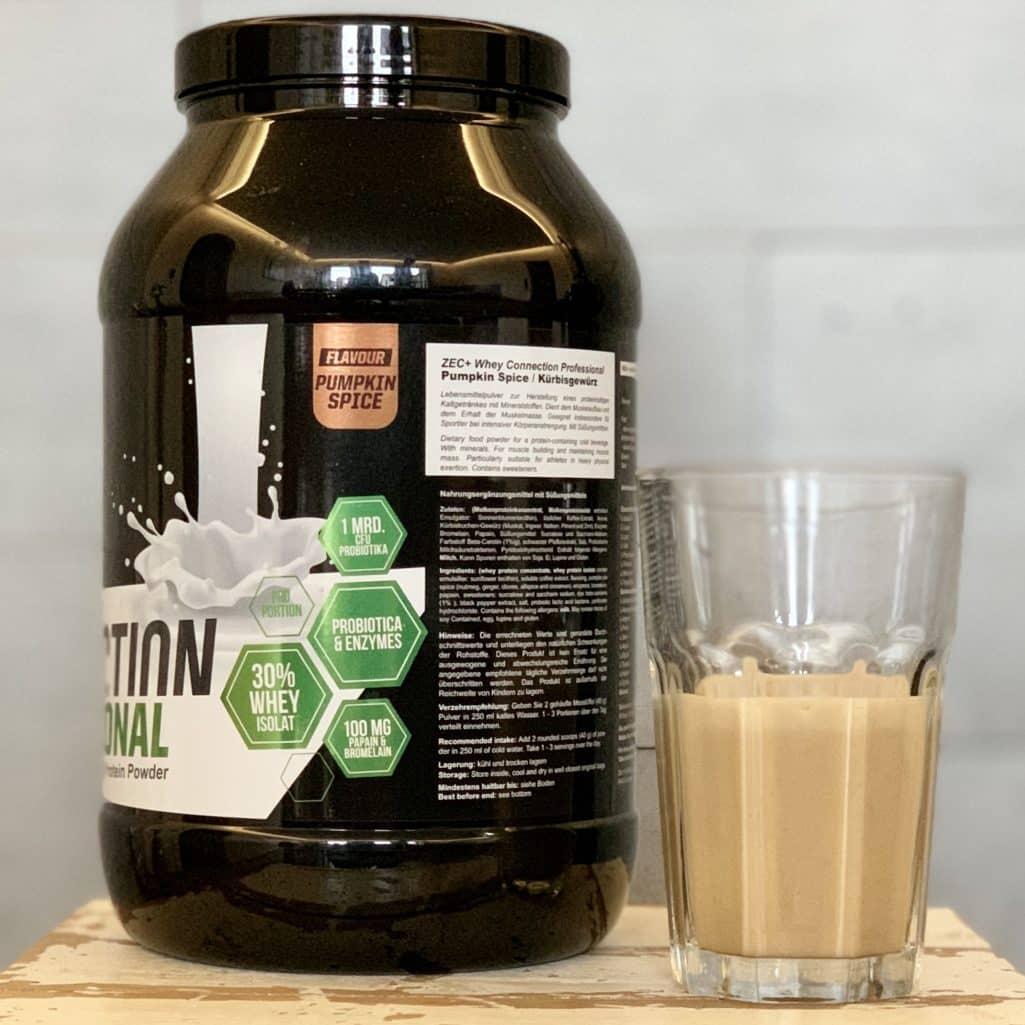 Whey Connection Professional von Zec+ in Pumpkin Spice wird beim Test in Milch zwar cremiger aber geschmacklich nicht besser
